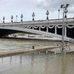 Сена вышла из берегов и затопила набережные Парижа