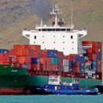 Атакованное пиратами турецкое судно MOZART приближается к порту в Габоне