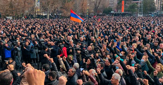 Армянские галлюцинации: турки и азербайджанцы на митинге в Ереване