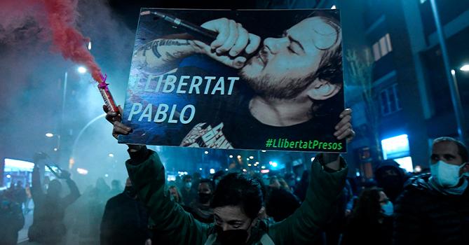 На акции в Барселоне в поддержку осужденного рэпера в полицию бросали бутылки и камни