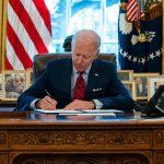 Байден поставил свою подпись под указом о равноправии женщин в образовании