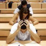 «Говорите детям, что любите их, несмотря ни на что»: низкие баллы толкают студентов на суицид