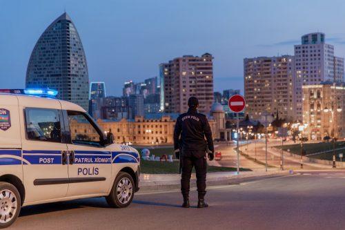 sotrudniki MVD Azerbaycana shtafuyut narushiteley karantina